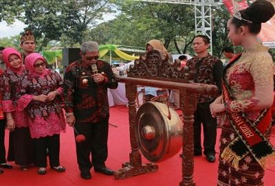 Bupati  Loekman Lakukan Pemukulan Gong Sebagai Tanda Dimulainya Grand Final Muli Makhanai