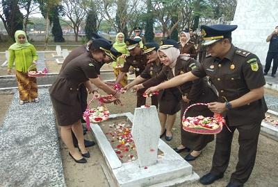 Usai Memperingati Hari Bhakti Adhyaksa Ke 59 Kajari Lamsel Lakukan Tabur Bunga Di (TMP)