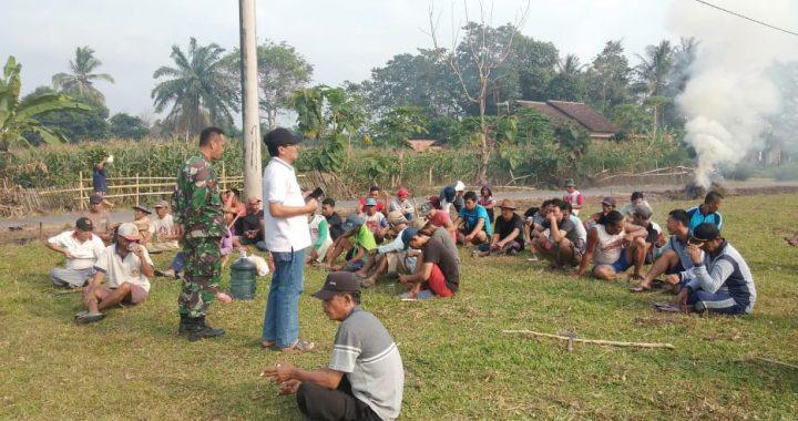 Sambut Hut Rl Ke 74 Warga Desa Sumber Jaya Dibantu TNI Bergotong Royong Bersihkan Desanya
