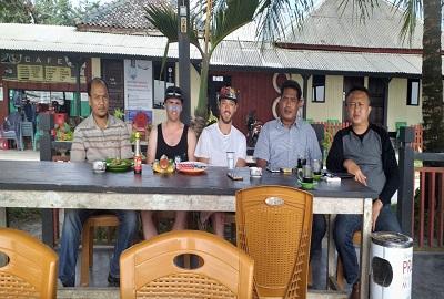 Ketua AWPI Berbincang dengan Wisatawan Mancanegara Sekaligus Mempromosikan Wisata Yang Ada Di Pesibar