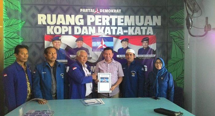 Abdulah Surajaya Dan KH.Imam Suhadi Mengambil Formulir Pendaftaran Calon Wakil Bupati Di DPC Partai Demokrat