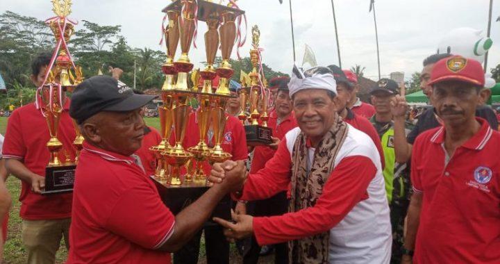 Bupati Loekman Menyerahkan Tropi Bergilir Bupati Gotong Royong Cup I