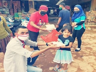 """Peduli Masyarakat Kecil, Relawan Loekman Bagikan """"Jum'at Berkah"""" di Pasar Simpang Agung."""