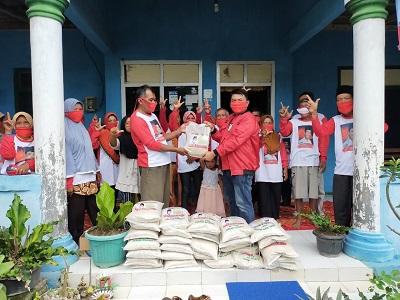 Masyarakat Badran Sari Terkena Dampak Covid-19, Relawan Loekman Djoyosoemarto Bagikan Bantuan
