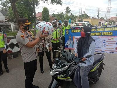 Sosialisasi Mengenai Covid-19, Satlantas Polres Lampung Tengah Bagikan Masker Pada Operasi Zebra Krakatau 2020