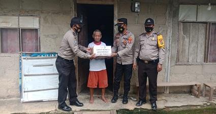 Peduli Sesama Bhayangkari Ranting Polsek Punggur Polres Lampung Tengah Memberikan Bantuan Kepada Warga Yang Kurang Mampu