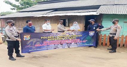 Dalam Rangka HUT Satpam Ke 40 Personil Satuan Binmas Polres Lampung Tengah Bersama Satpam PT GGF ( Great Giant Foods ) Memberikan Bantuan Kepada Keluarga Yang Kurang Mampu
