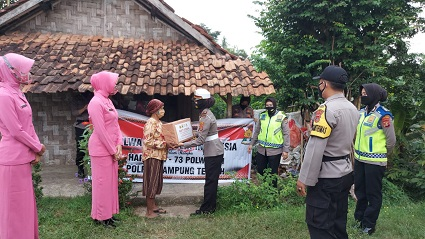 Menyambut HUT Polwan Ke 73, Srikandi Polwan Polres Lampung Tengah Berikan Bansos Kepada Masyarakat