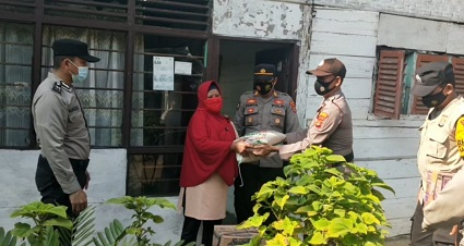 Polres lampung Tengah Dan Polsek Jajaran Menyalurkan Bantuan PPKM Darurat Untuk Masyarakat Di Tengah Situasi Pandemi Covid-19