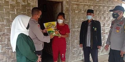 Personil Binmas Polres Lampung Tengah Menyalurkan Bantuan Ke Warga Di Kampung Komering Putih Kec Gunung Sugih Lampung Tengah