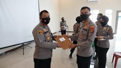 Kapolres Lampung Tengah Berikan Penghargaan Kepada Personel Berprestasi