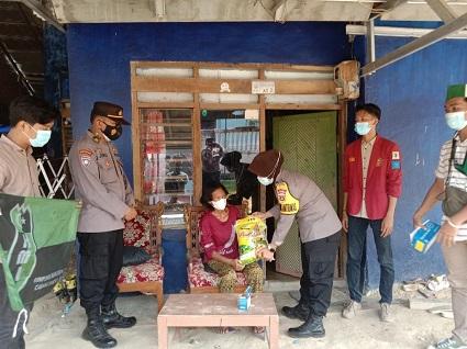 Sat Binmas Polres Lampung Tengah Menyalurkan Bansos PPKM Mikro Ke Warga Kurang Mampu Di Masa Pendemi Covid-19 Di Kel. Seputih Jaya Kec.Gunung Sugih Kab. Lampung Tengah.