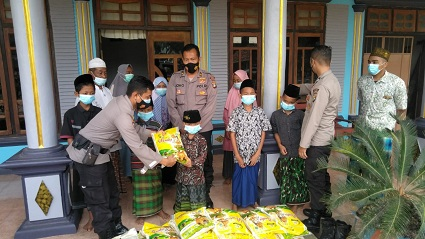 Polres Lampung Tengah Memberikan Bantuan Sosial PPKM Kepada Anak Santri Yatim Piatu Di Kec Punggur Dan Kec Kota Gajah Lampung Tengah.